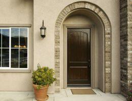 Входная дверь в каменном доме
